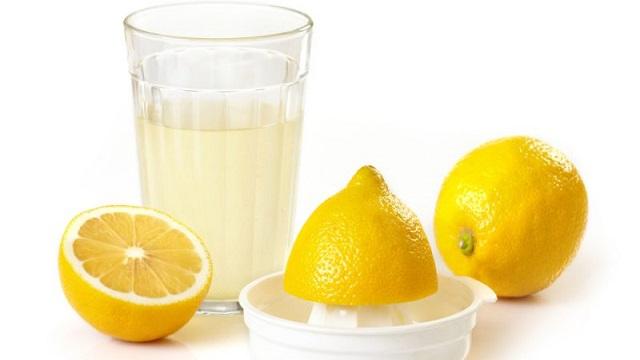 lemon juice, लेमन जूस का इस्तेमाल ग्लोइंग स्किन के लिए घरेलू उपाय के रूप में किया जाता है