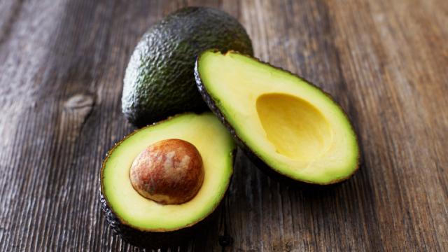 avocado, एवोकैडो का इस्तेमाल ग्लोइंग स्किन के लिए घरेलू उपाय के रूप में किया जाता है